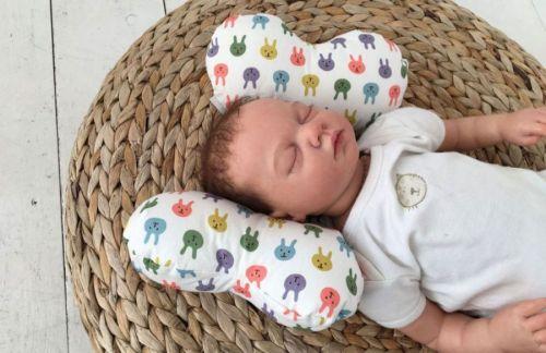 Ребенок на ортопедической подушке