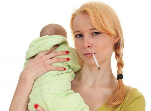 Курящая мама с младенцем