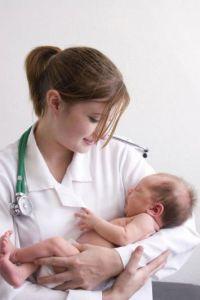 Ребенок у врача на руках
