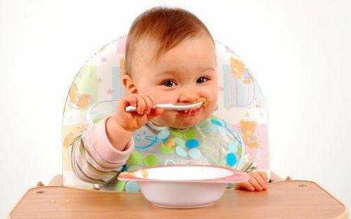 Младенец ест кашу