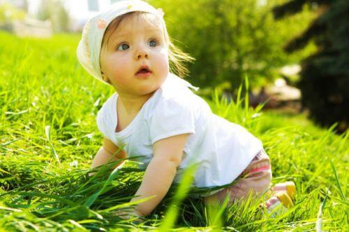 Ребенок на прогулке летом