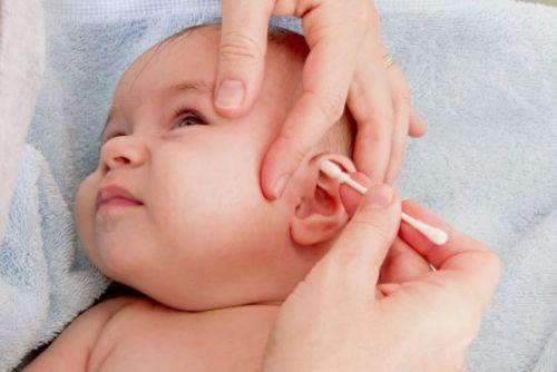 Уход за ушками младенца