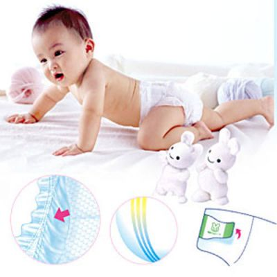 Младенец в подгузниках Merries