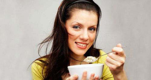 Женщина ест кашу