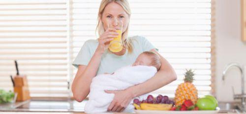 Кормящая мама пьет сок