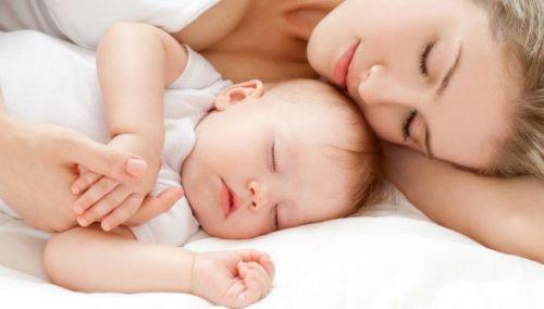 Мама и младенец спят