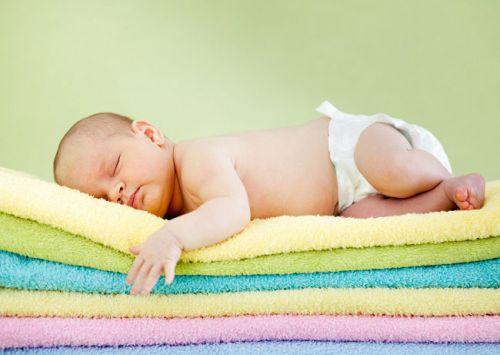 Младенец в подгузниках