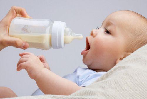 Младенца кормят из бутылочки