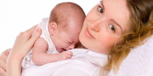 Плачущий млвденец с мамой