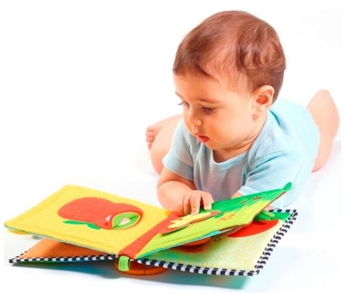 Ребенок рассматривает картинки в книжке