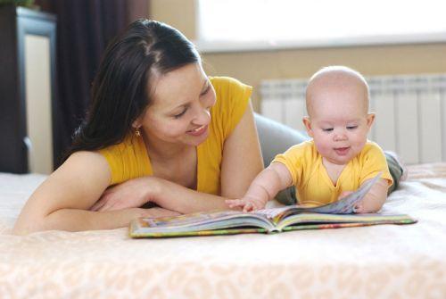 Чтение книги младенцу