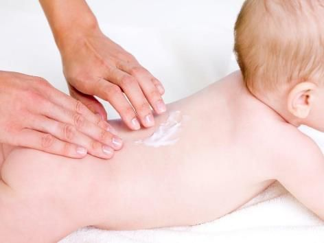 Нанесение крема на кожу ребенка