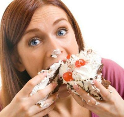 Женщина ест торт