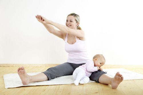 Мама с младенцем делают зарядку
