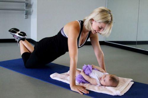 Кормящая мама занимается физкультурой