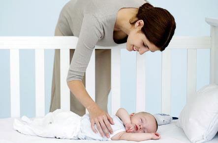 Мама укладывает младенца