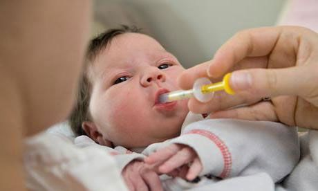Малышу дают лекарство