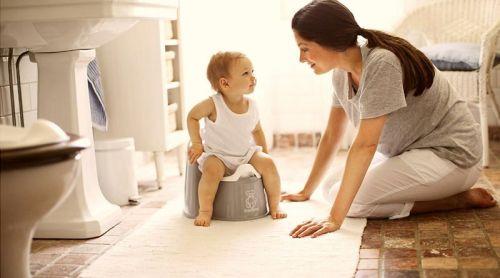 Мама с ребенком в туалете