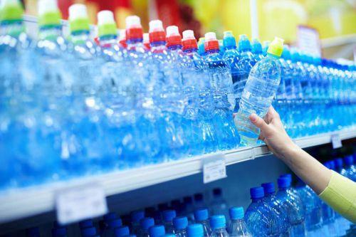 Бутилированная вода на полках магазина