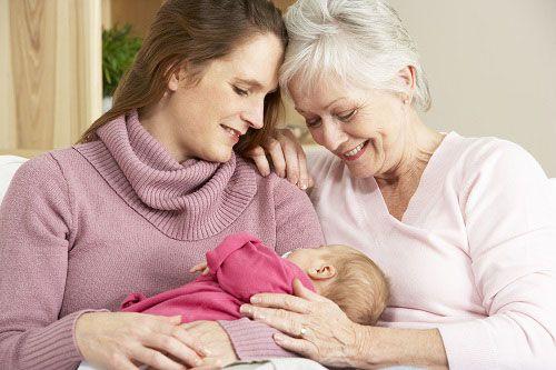Младенец с мамой и бабушкой