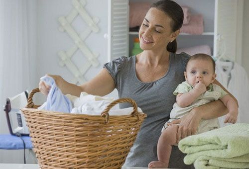 Мама с ребеноком за домашними делами
