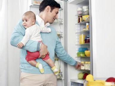Папа кормит ребенка сцеженным молоком