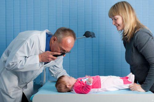 С младенцем на приеме у врача