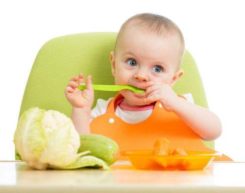 Ребенок за обеденным столом