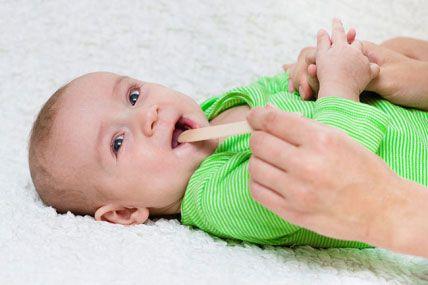 Осмотр горла у младенца