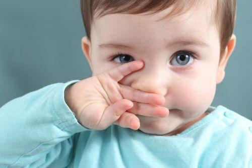 Ребенок трет нос