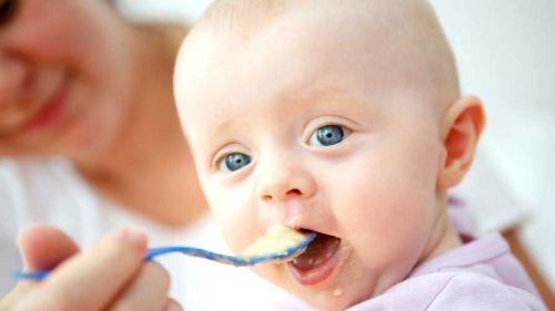 Младенца кормят с ложки