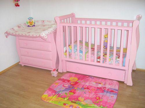 Розовая кроватка с пеленальным столиком