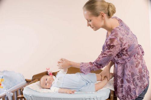 Мама обучает малыша переворачиваться