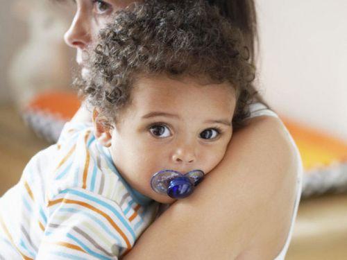 Ребенок у мамы на руках