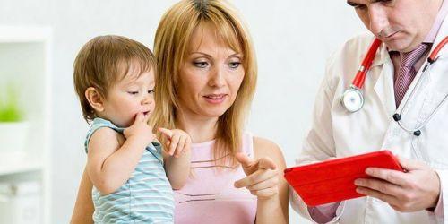 Мама с ребенком и врач