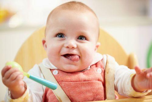 Младенец с аппетитом ест