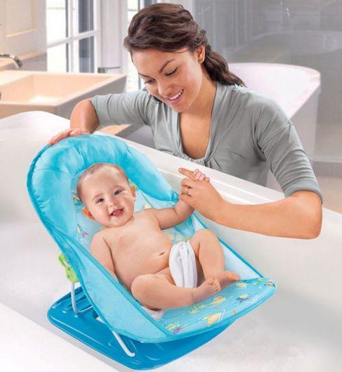 Купание малыша на подставке