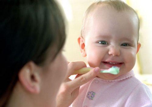 Ребенку чистят зубы щеткой