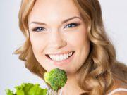 Девушка ест брокколи