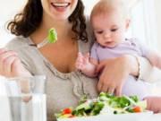Мама и новорожденный кушают