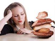 Кробаса на столе перед женщиной