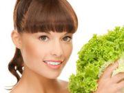 Женщина держит в руках листовой салат