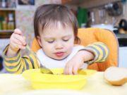 Ребенок кушает за столом
