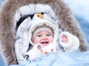 Младенец на прогулке зимой