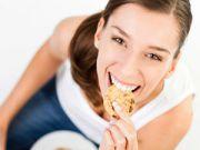Девушка ест овсяное печенье