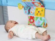 Младенец с игрушками