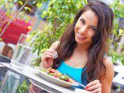 Женщина принимает пищу