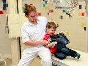 Рентген-снимок у ребенка в руках