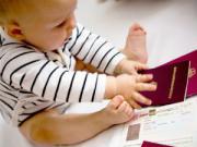 Ребенок играет с документами