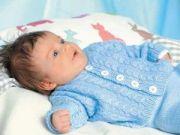 Младенец в вязаной одежде